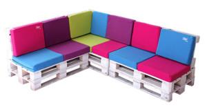Sofá de colores hecho con palets de madera