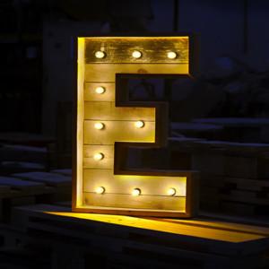 letras de madera con luz